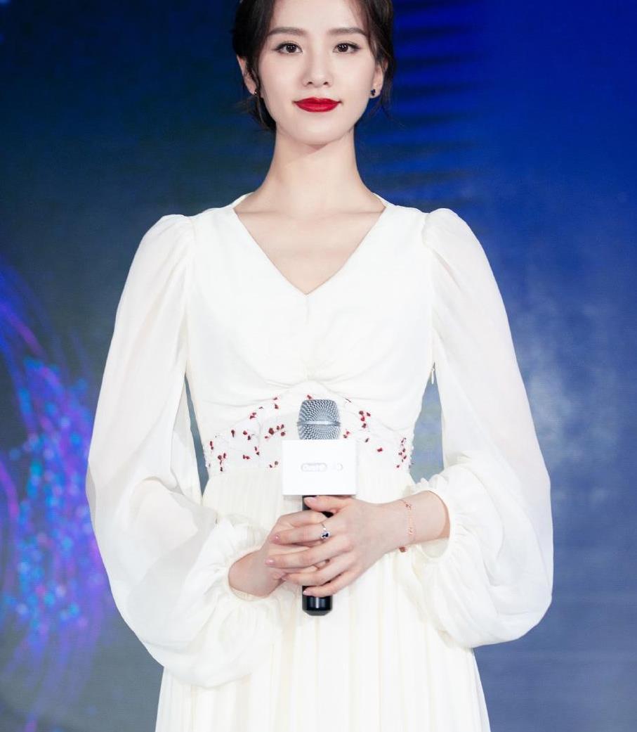 刘诗诗再现气质穿搭,一身白裙精致典雅又高级,优美天鹅颈好惹眼