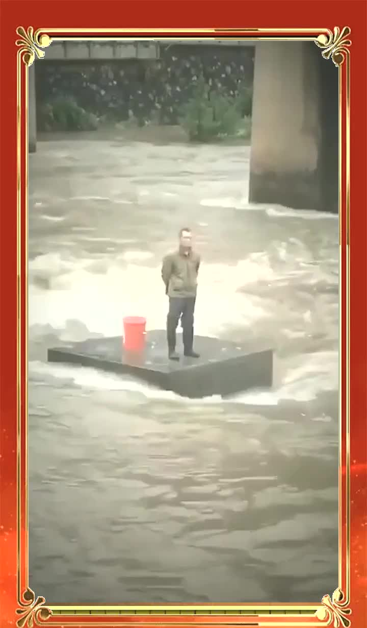 大叔关闸的时候在捡鱼,没想到又放水了,这内心肯定慌得一批