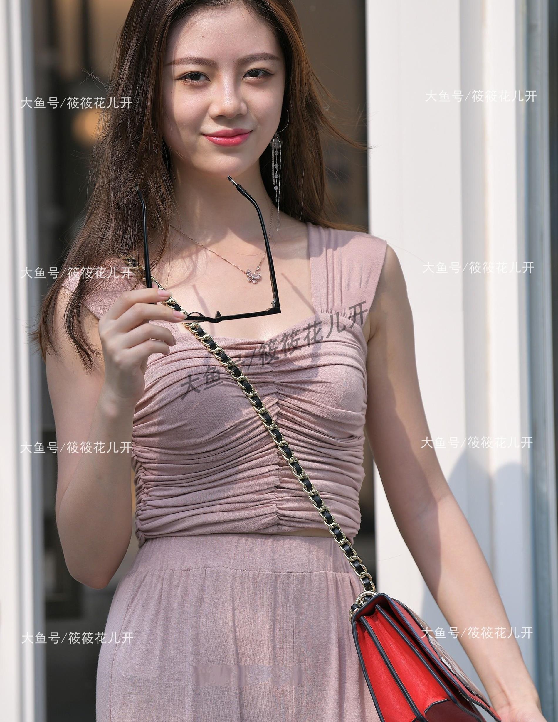 玫瑰粉吊带连体裤,款式新颖,面料舒适