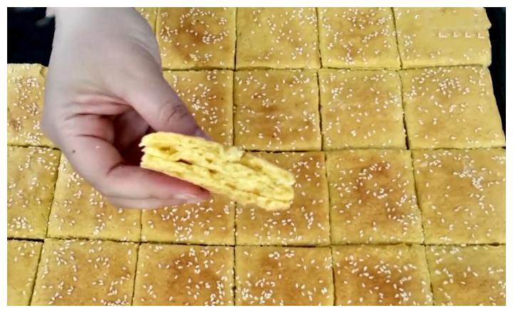 做玉米面烤饼时,不要只用水和面,用它和面,香甜可口又营养