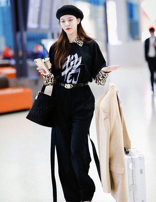 宋妍霏街拍:T恤叠穿豹纹衬衫 Chanel手袋球鞋气场十足