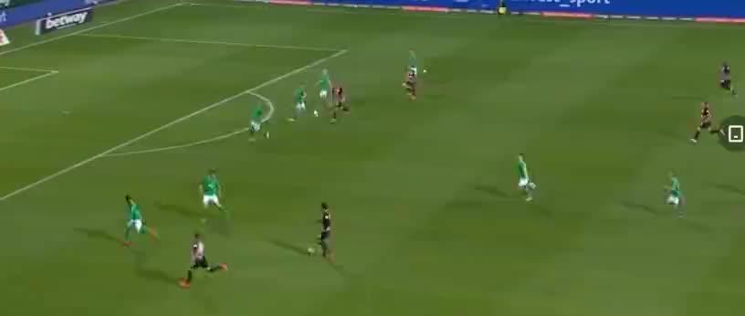 科斯蒂奇带球压到了左侧禁区传中,安德烈席尔瓦头球顶入反角破门
