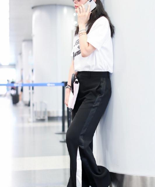 47岁李冰冰太抗老,白T恤搭配黑色运动裤简约舒适,活力十足
