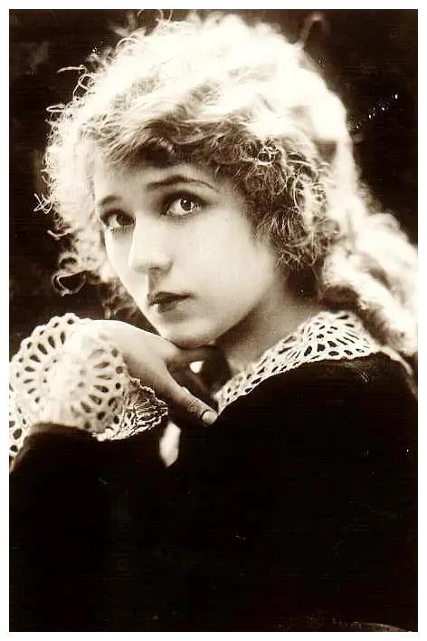 好莱坞女星有些依然优雅,有些富态,她们的美永远留在了荧幕上