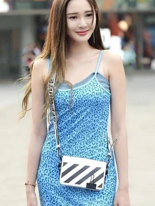 街拍:清纯小姐姐,细吊带连衣短裙 细高跟短靴,看上去真的好美