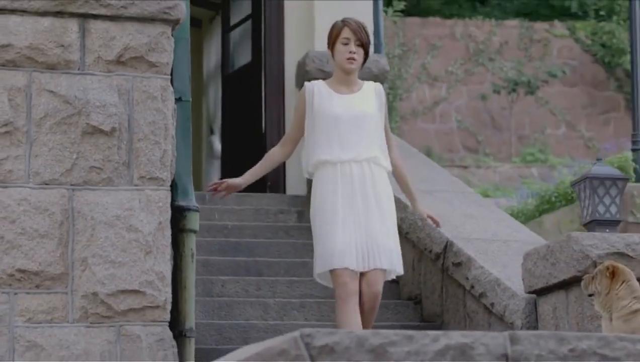 女孩穿着高跟鞋下楼,没想到在楼下还有一个惊喜等着她呢
