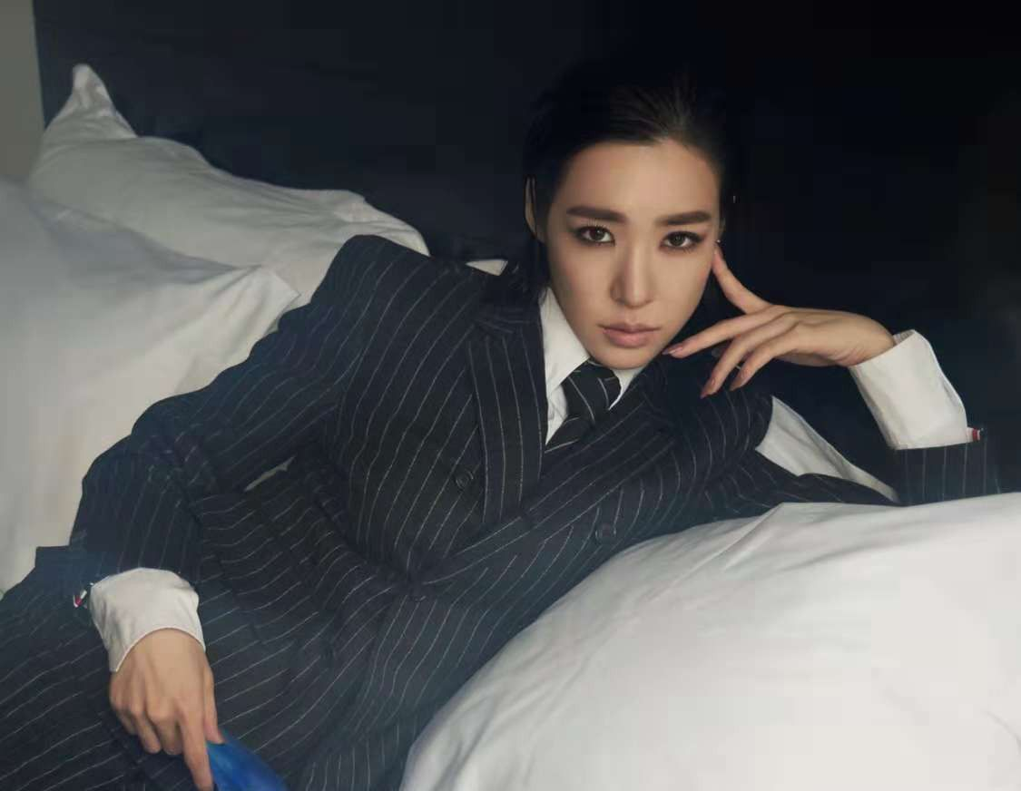 见过这么帅的Tiffany黄美英吗?化身霸道总裁,帅气撩人!