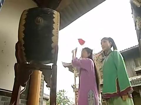 纪晓岚跟和珅同时审问击鼓之人,表情神同步,经典