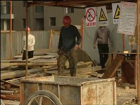 渴望城市:两个大男人因为一把铁锹竟然干架