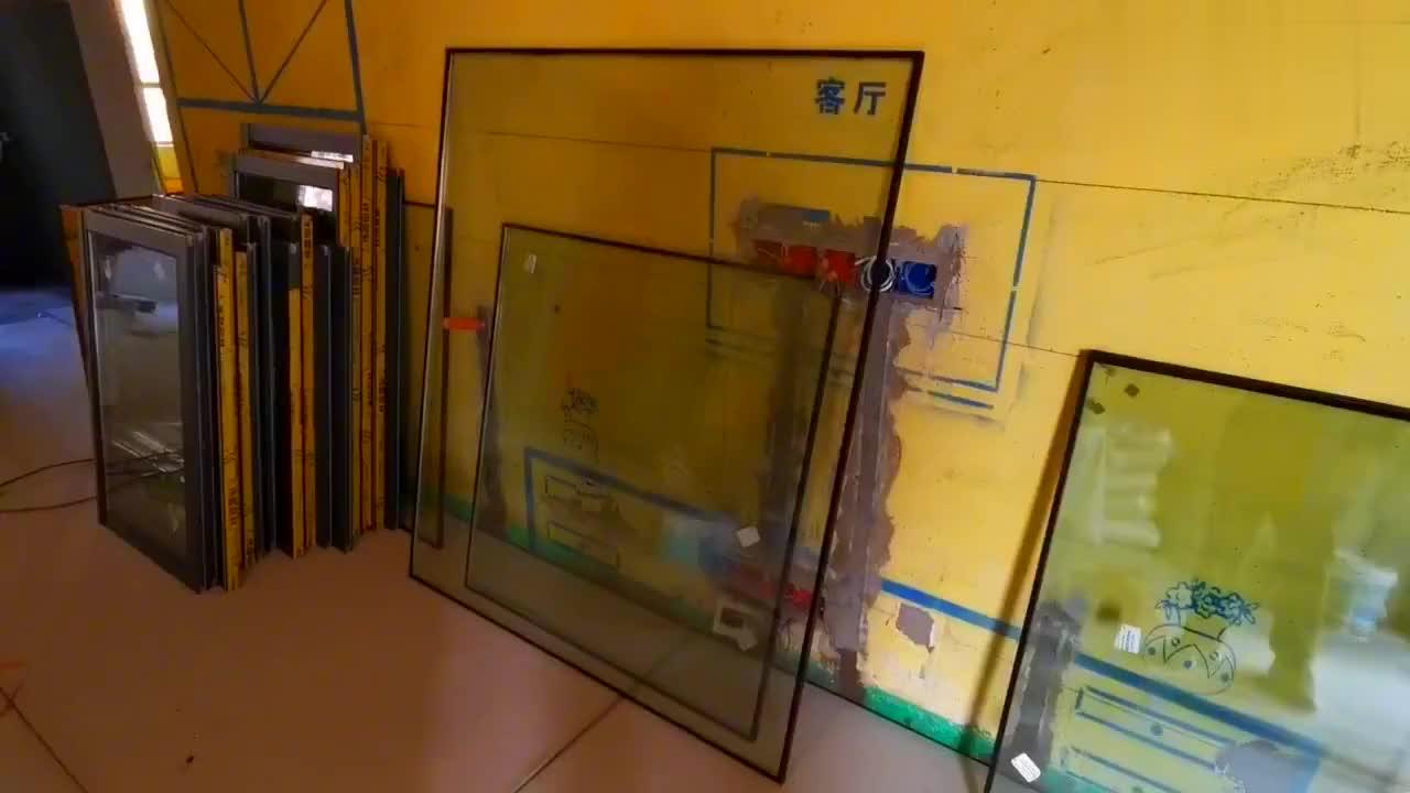 双层玻璃夹胶工艺有讲究,机器打胶密闭性好,老师傅道出价格猫腻