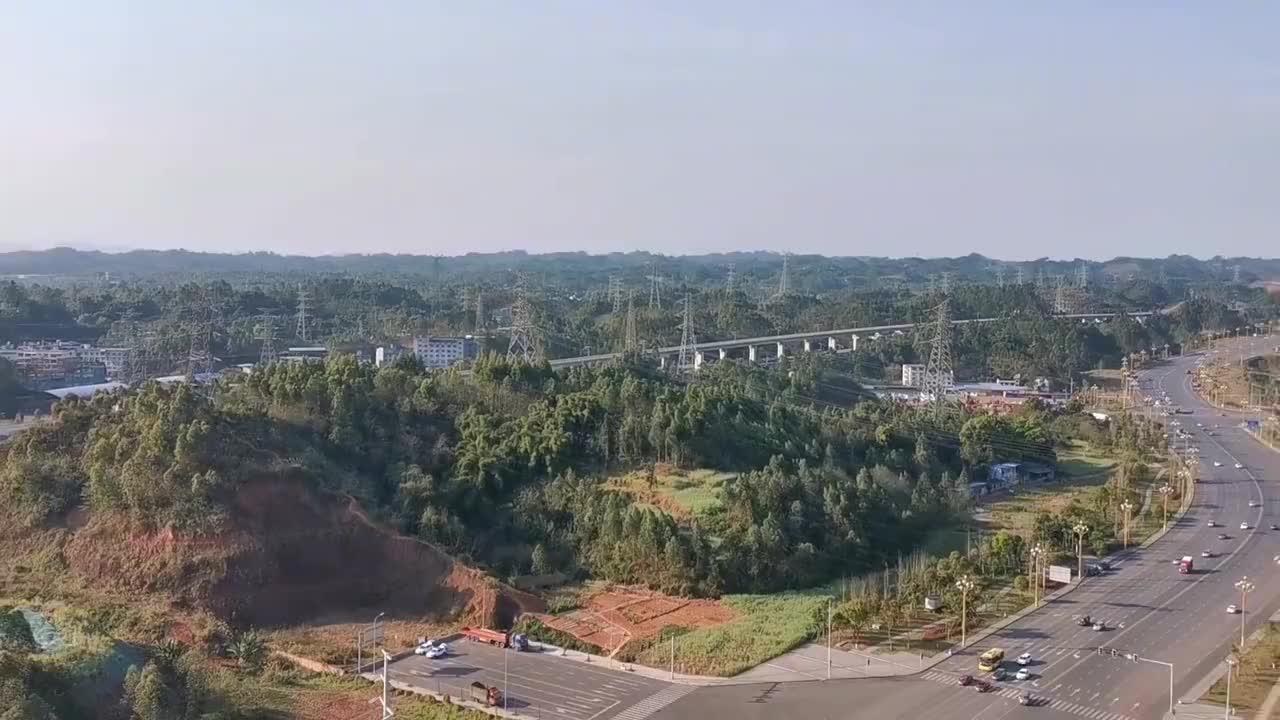这里能看到乐山高铁站及远眺峨眉山