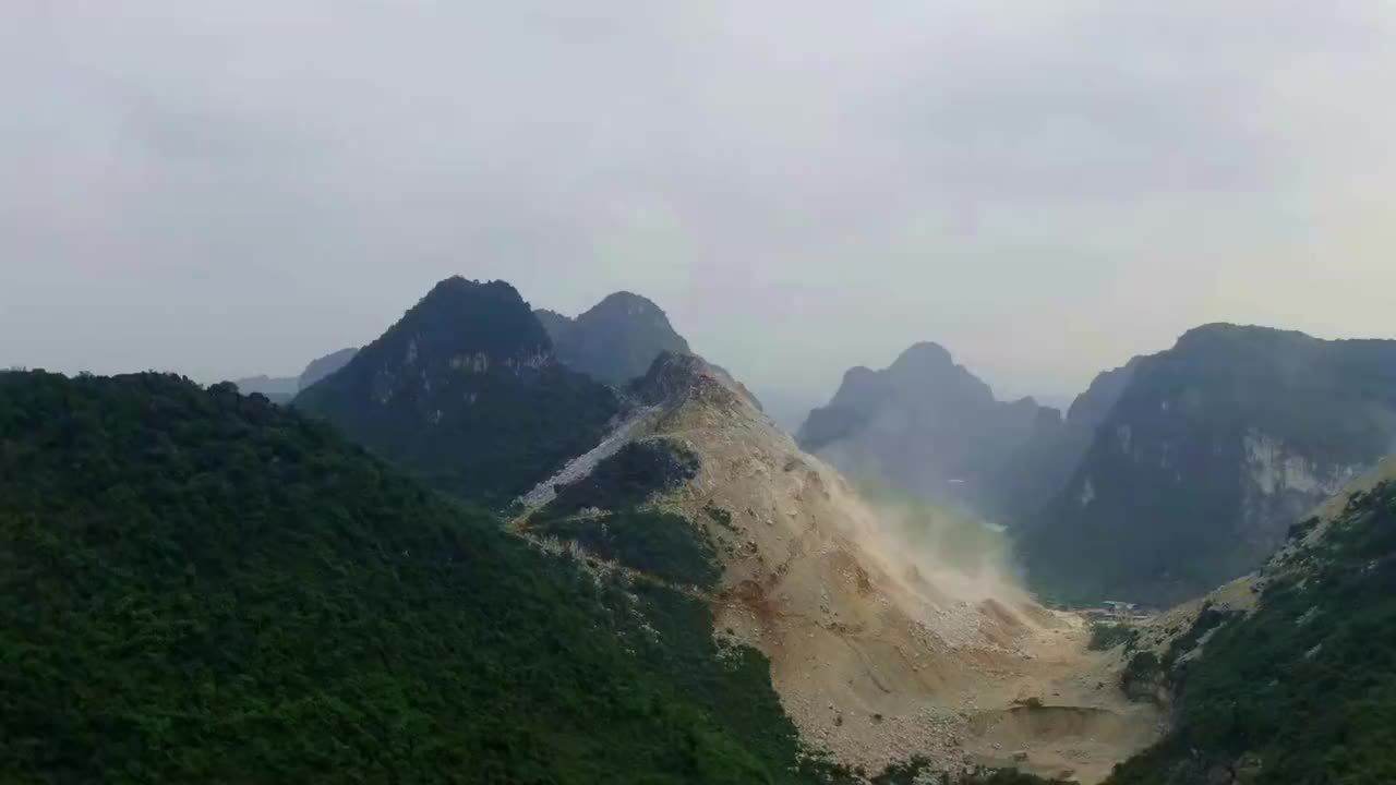 航拍广西大山发现两台挖掘机在山顶开山这不是很危险吗