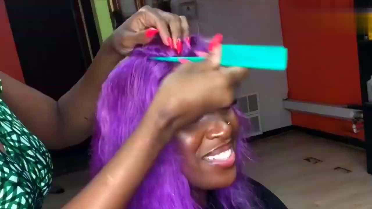 非洲女子发质不好,带个紫色假发摇身变气质美女