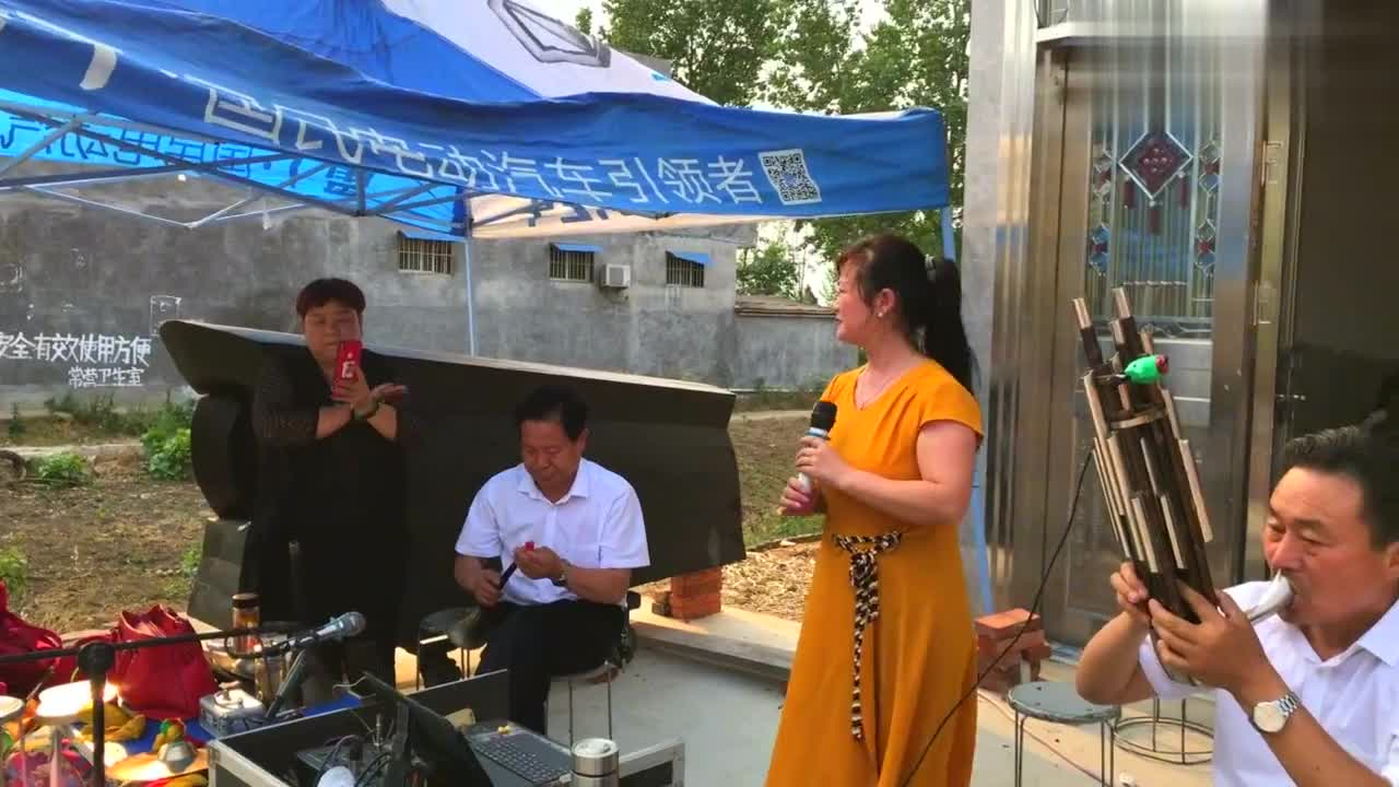 河南邓州市美女老师演唱豫剧《白蛇传》,唢呐伴奏,唱得真不错!