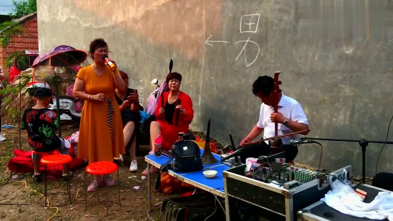 河南邓州市,美女老师演唱豫剧《白蛇传》,字正腔圆唱得很不错!