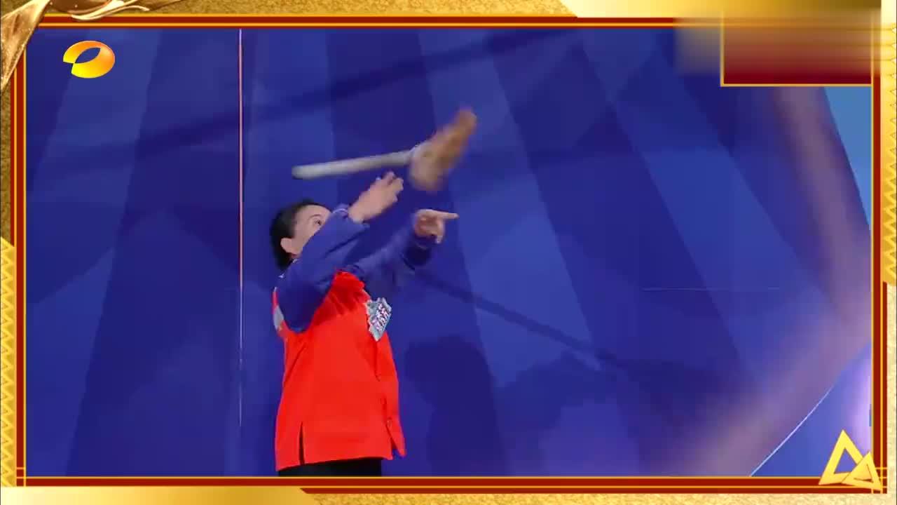 杨超越手拿扫帚大跳《卡路里》,看着就像个软萌的魔法少女