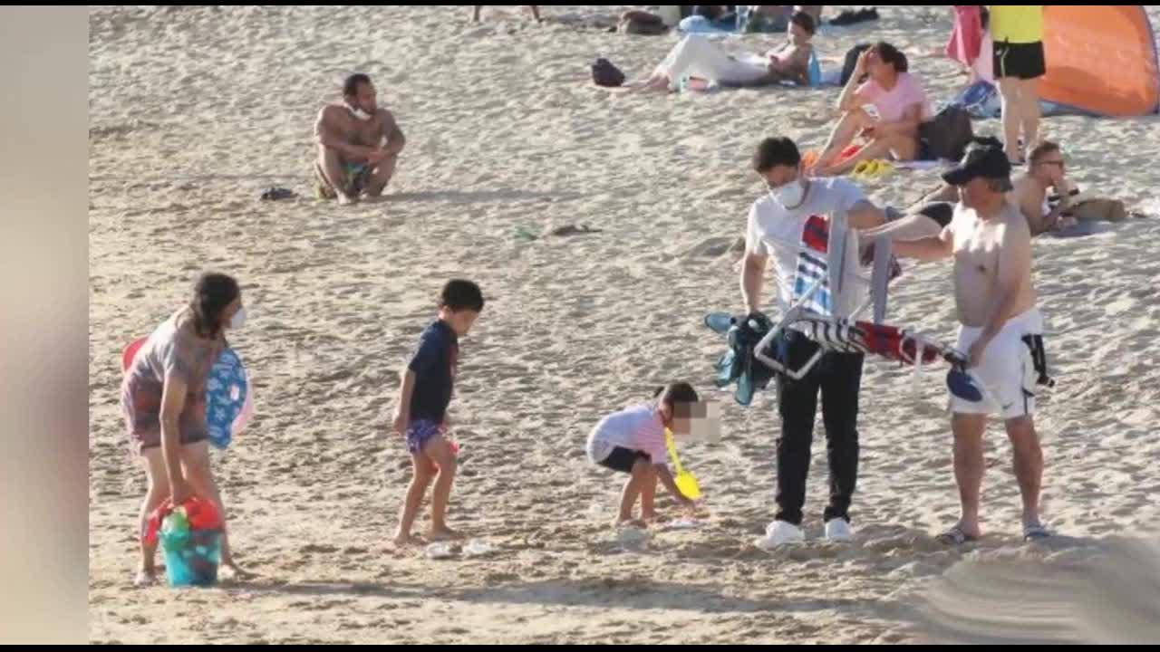 三代同堂!霍启刚带儿女海滩玩沙,一家人幸福满满