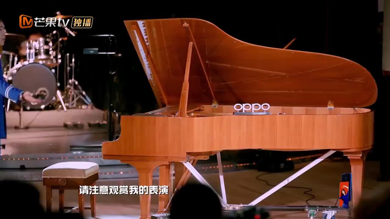 """张若昀用""""二哈""""凝视弹奏钢琴,何炅:这个眼神太讨厌了!笑喷"""