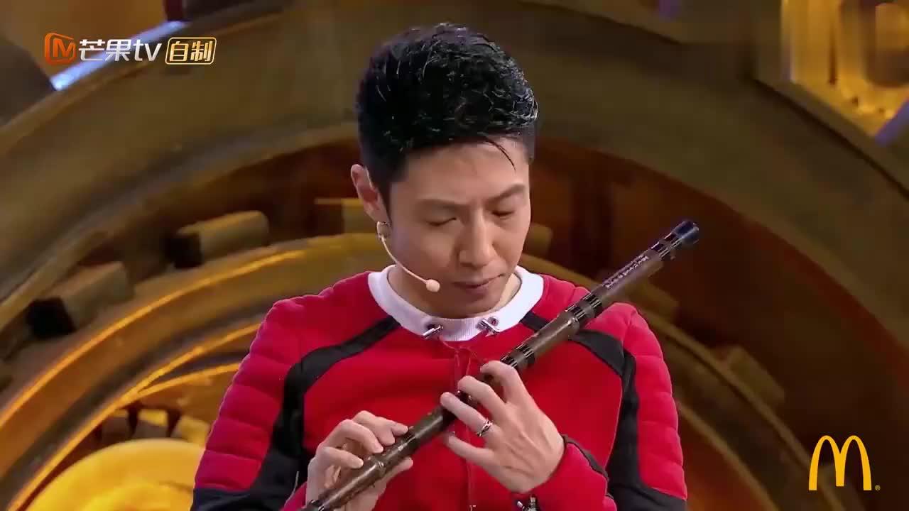 """撒贝宁""""戏精上身"""",现场表演凭空吹笛子,网友:音响师辛苦了!"""