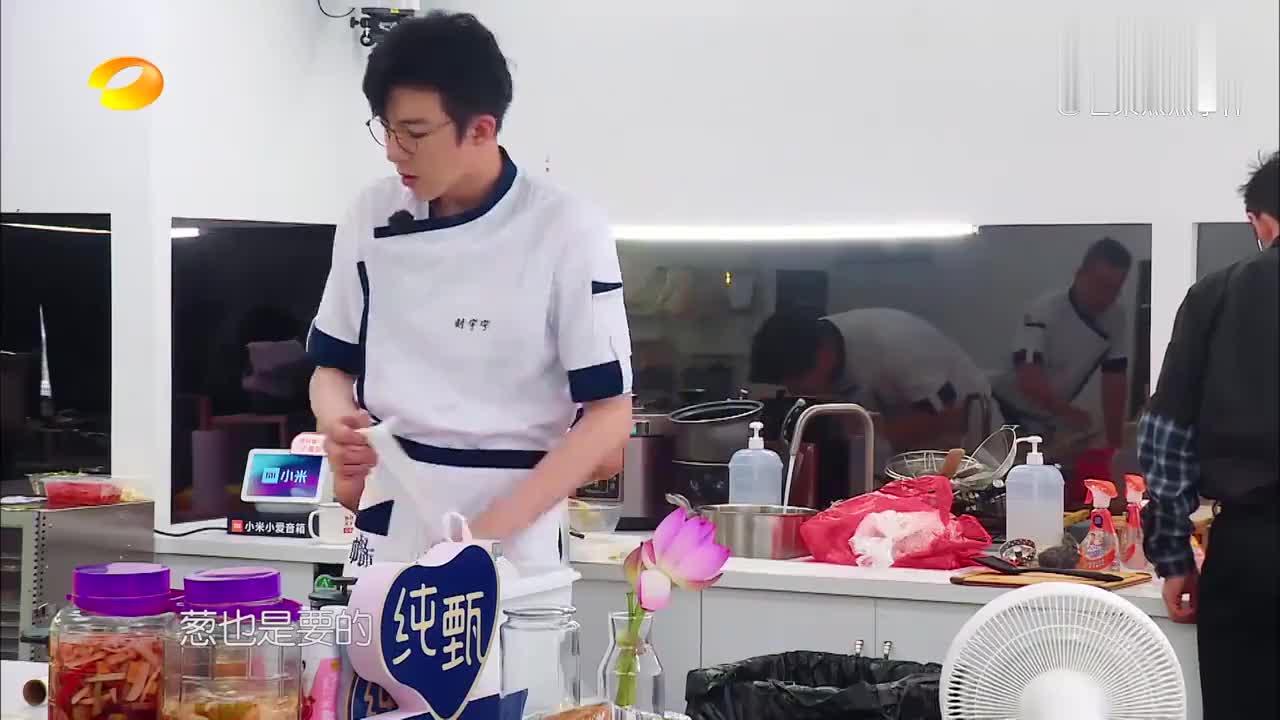 中餐厅:刘宇宁火力全开,自制加高砧板,张亮:配菜第一快手!