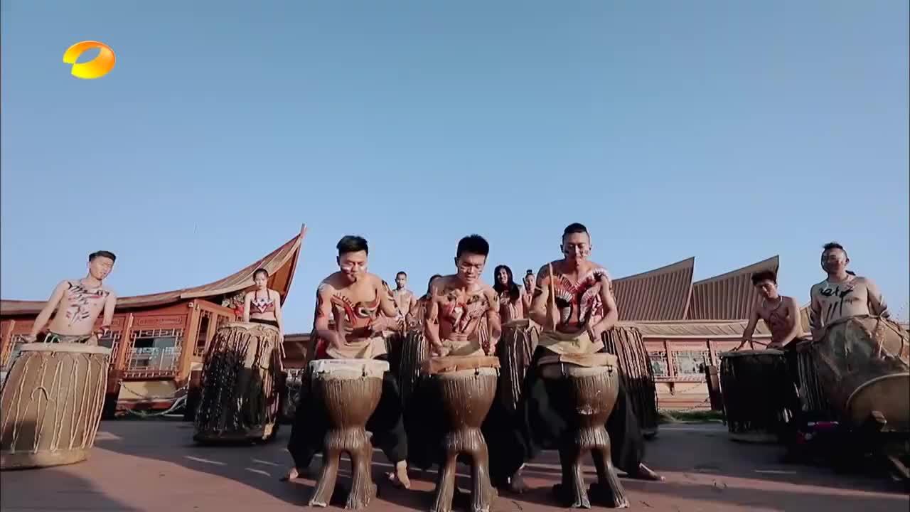 哈尼族表演天地神鼓,气势磅礴十分壮观,看完天天兄弟都都沸腾了
