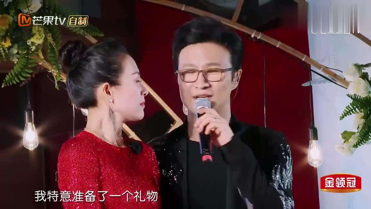 """""""浪漫大叔""""汪峰演唱《简单的歌》,深情告白章子怡,太羡慕了!"""