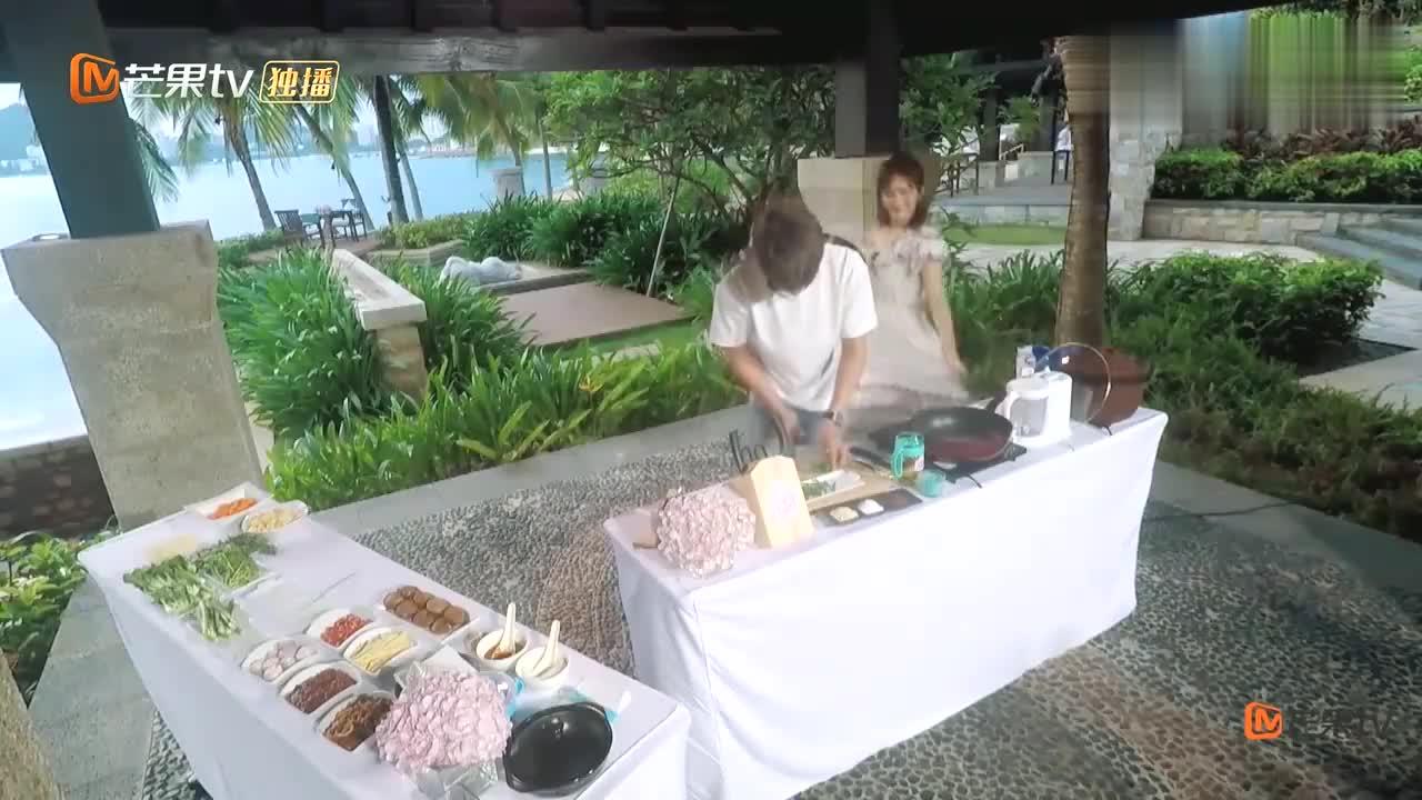 张杰为谢娜做砂锅米线,娜姐在他擦汗,这就是令人向往的生活