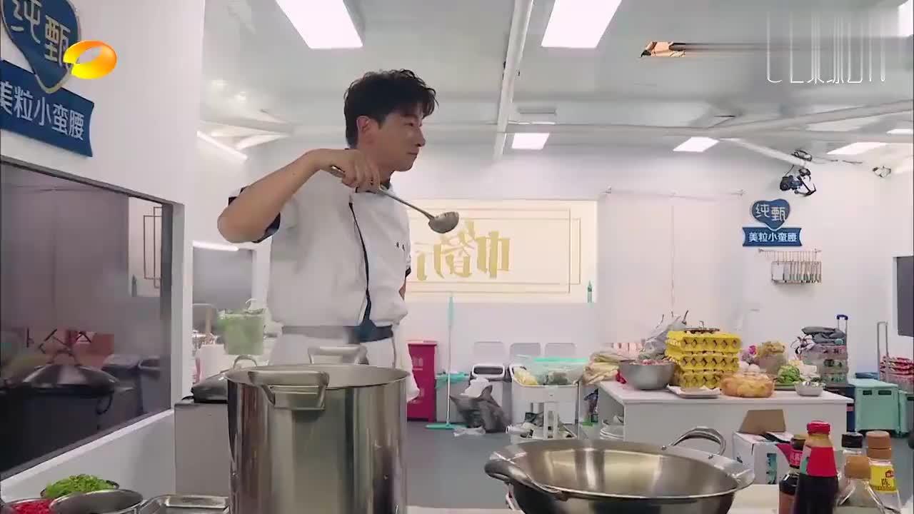 中餐厅:张亮炖了一锅牛肉,李浩菲尝了一块,边嚼边喊:真香!