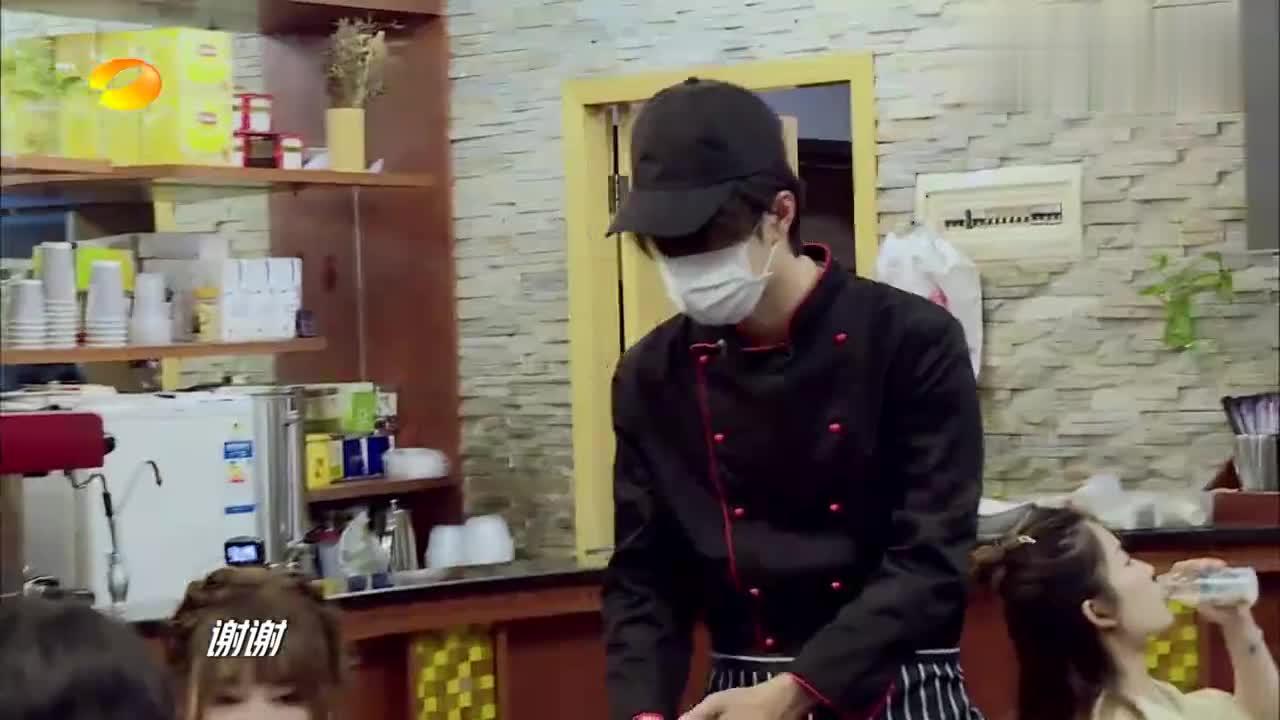 王一博为医护粉丝做卤粉,小姐姐见到爱豆喜极而泣,有点感动!