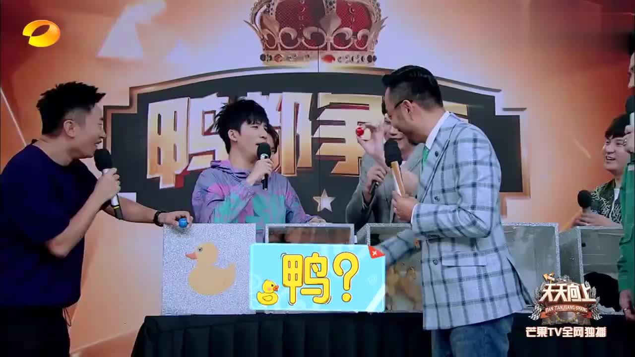 王一博恐怖箱挑战,全程表情一脸淡定,杨迪:你这样显得我们很假