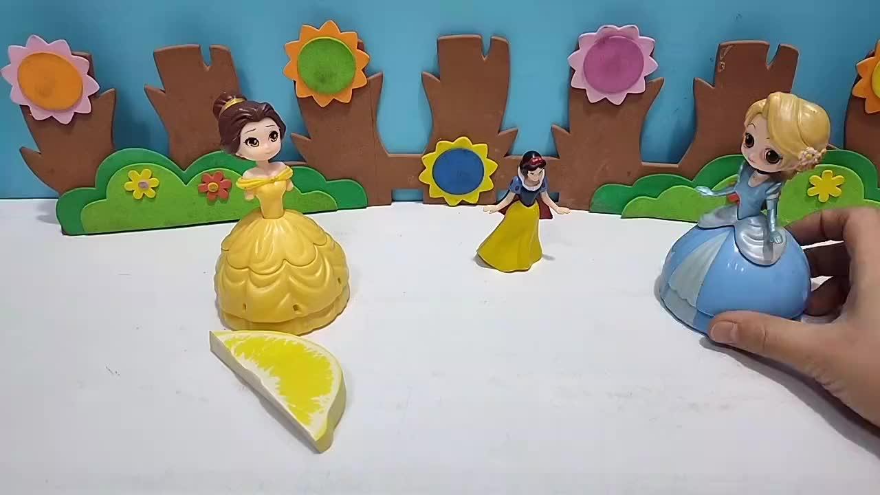 长发为当小白雪的姐姐准备很多水果便签!