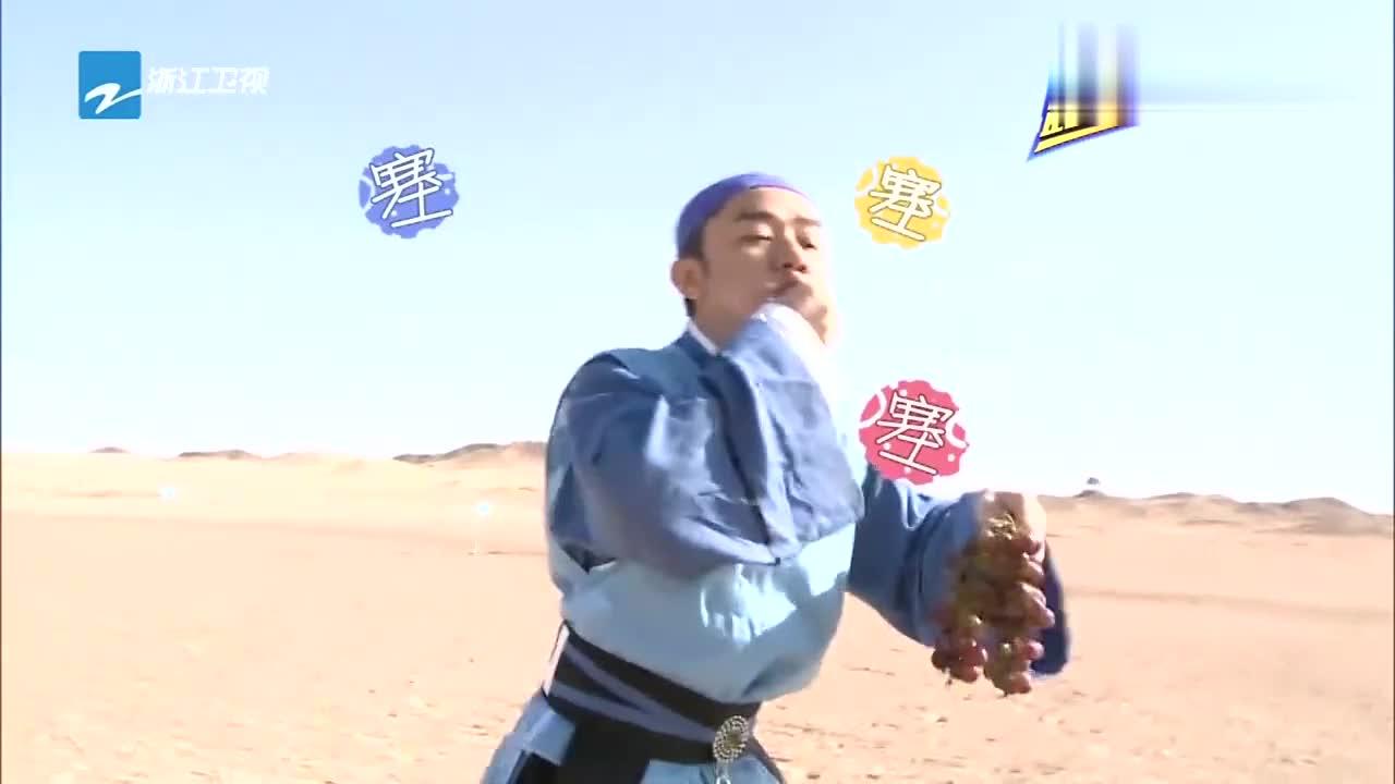 """王祖蓝往嘴里狂塞水果,称体重还没达标,一说话变成""""葡萄射手"""""""