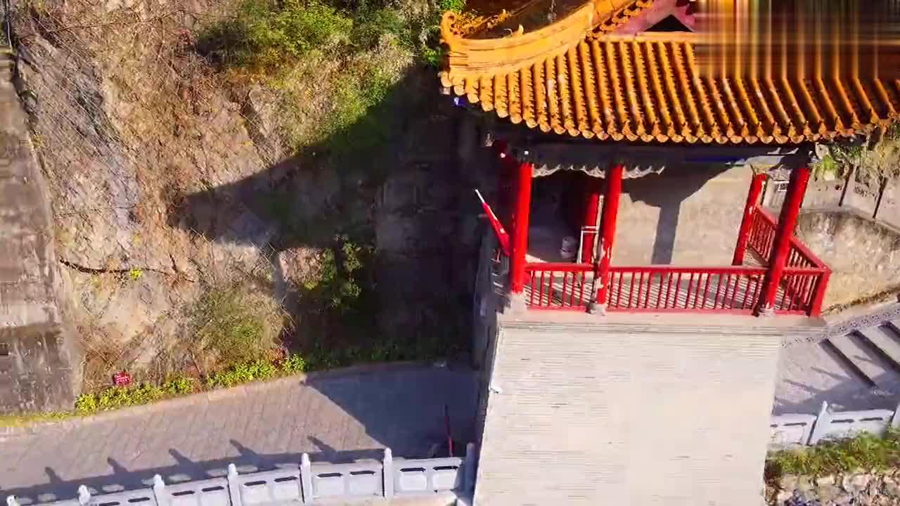 航拍嘉陵江东岸千年古庙,修建在悬崖峭壁上,由两个天然溶洞组成