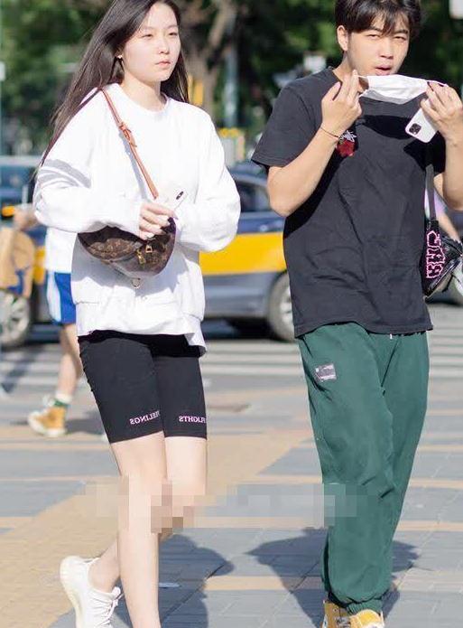 街拍:针织衫配骑行裤,小姐姐肤白貌美秀发长,样子清纯像模特