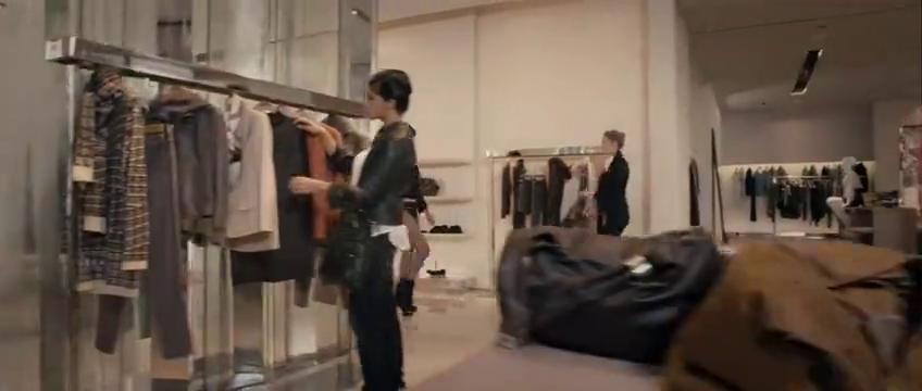 绝色武器:职业女杀手,在换衣服的时候,也需要和上司通视频电话