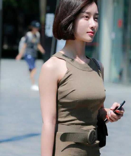 街拍,紧身裙穿出美女窈窕的身形美的吸睛