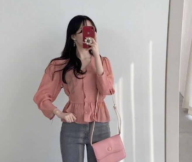适合通勤的轻熟风穿搭,粉色花边上衣搭配牛仔裤,气质优雅极了