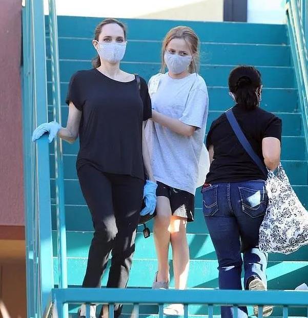 朱莉穿极简风出街,宽松T恤掩饰不了健美身材,美腻了