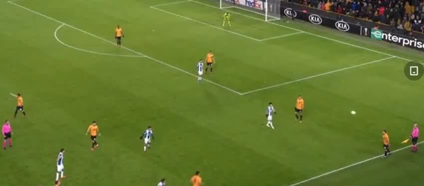 帕特里西奥解围踢空,费雷拉射门错失破门良机