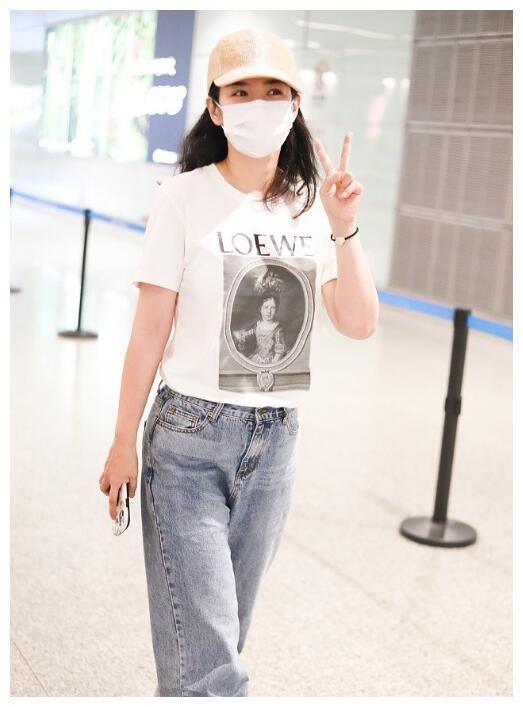 42岁黄奕机场可爱比V 短袖配牛仔裤依旧少女感十足