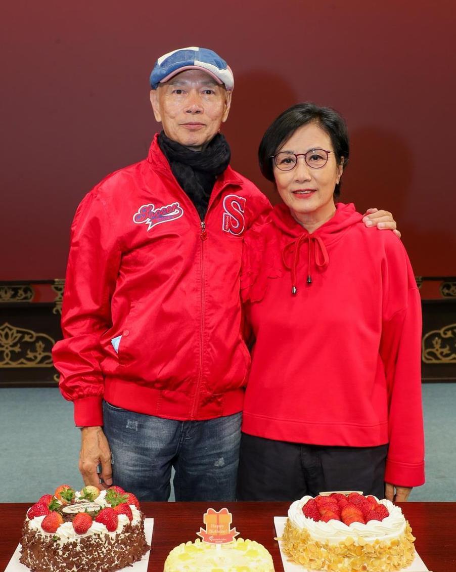 汪明荃为老公庆生,穿红色卫衣搭短裤,这奶奶也太潮了吧!