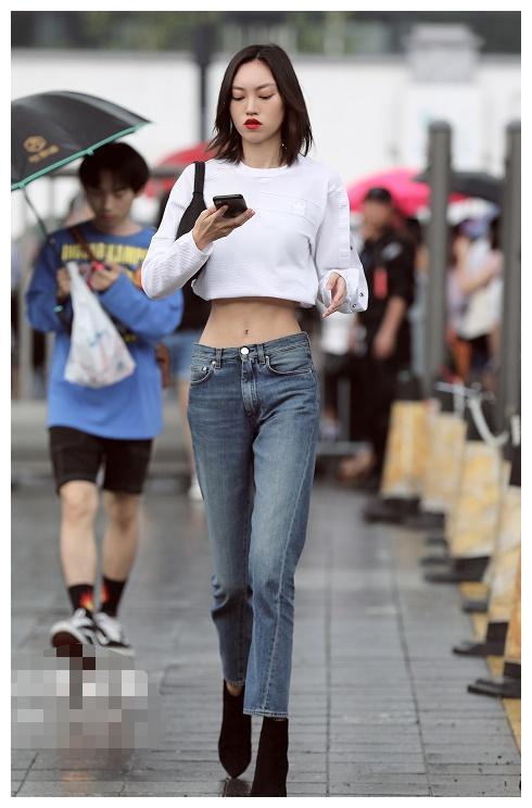 美女们穿衬衫出镜,身材美,肌肤白皙,也是拥有百分百回头率!