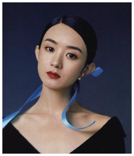 赵丽颖时尚大片曝光,蓝色发带尽显成熟魅力,五官精致神似方媛
