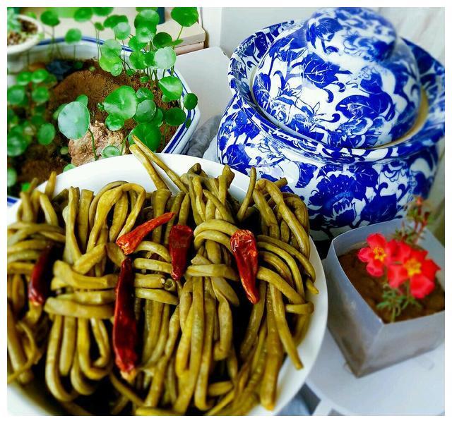 入秋之后腌咸菜,腌酸豆角有窍门,这样腌出来的酸豆角酸脆好吃!