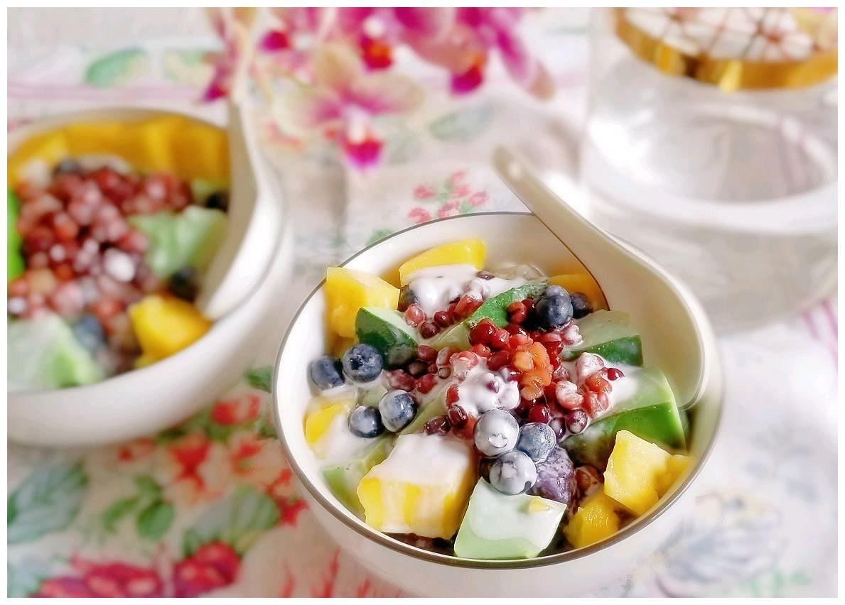 色彩缤纷的水果椰浆薯圆蜜豆抹茶奶冻