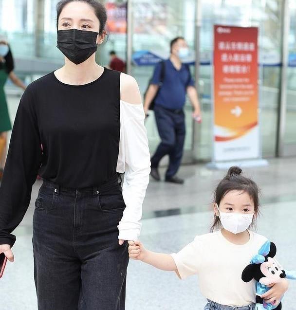 董璇和女儿穿出了亲子装的精髓,一黑一白呼应性强,让人羡慕