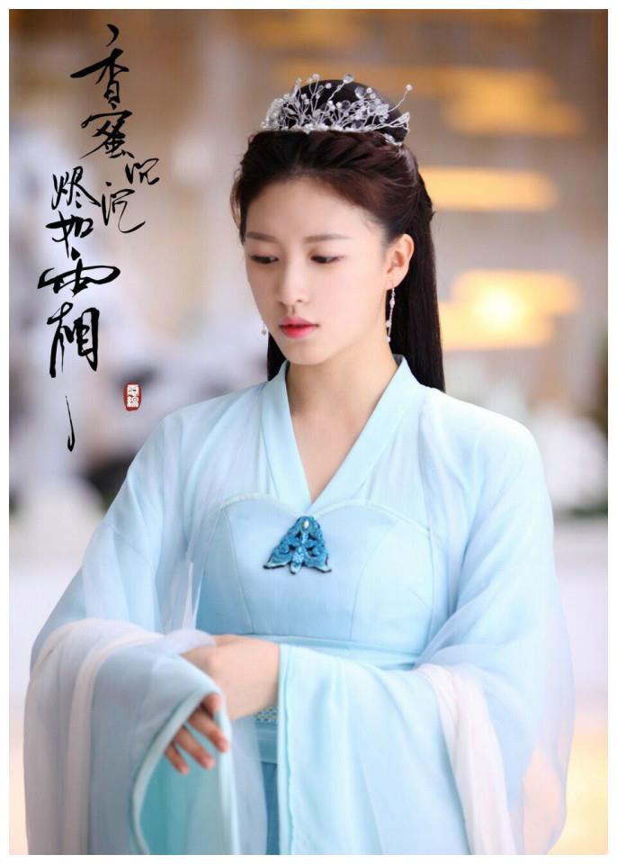 """《锦绣南歌》中的她,身穿""""星空裙""""出席活动,腰比吉娜还要细"""