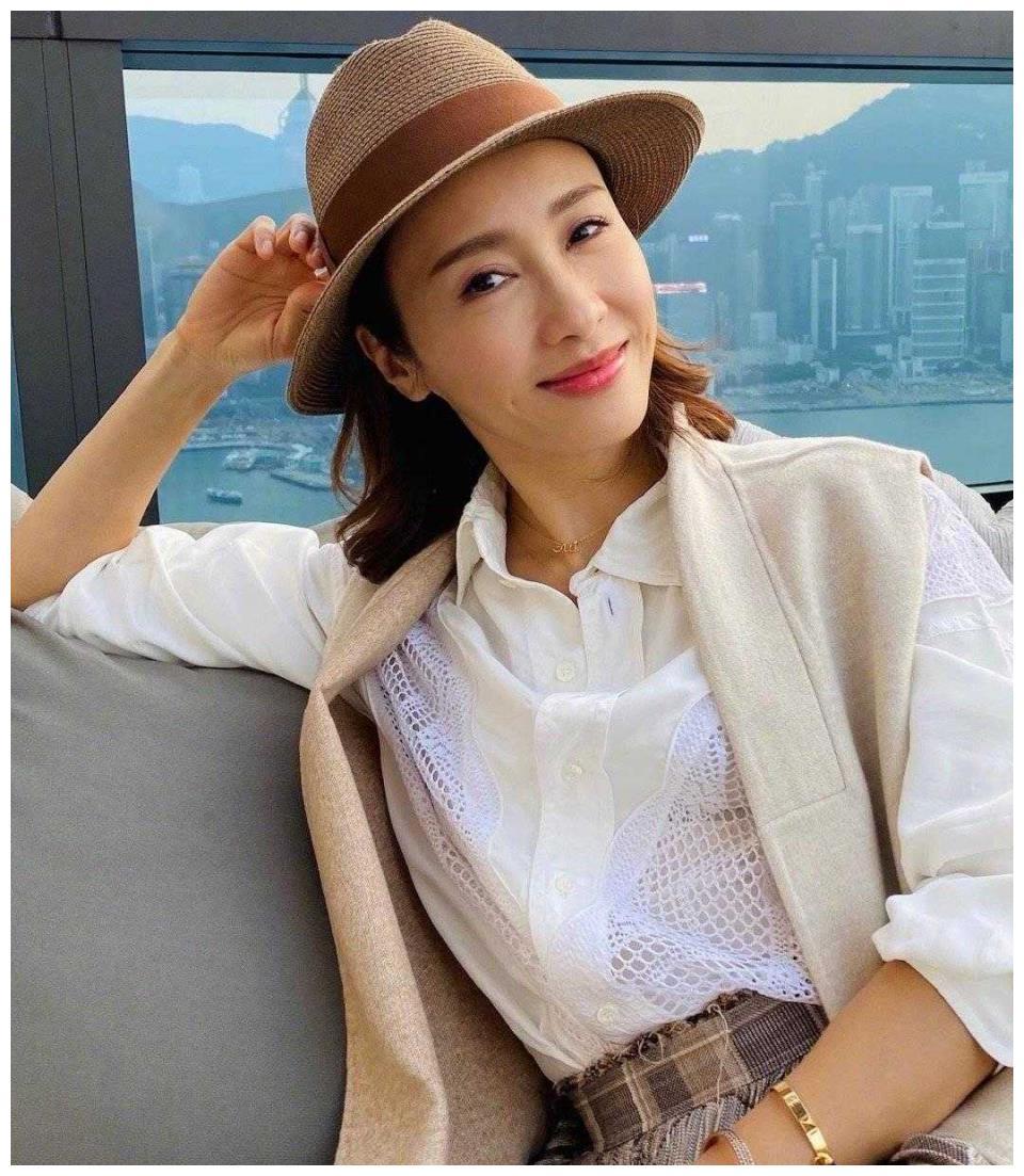 黎姿阔太生活真享受,穿白衬衫配格纹裙露台喝下午茶,高贵优雅