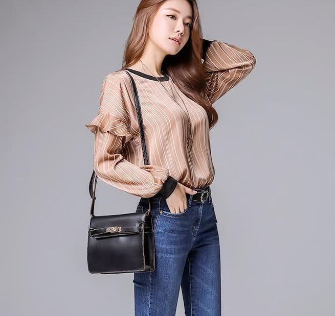 咖啡色的丝滑上衣,配上牛仔裤,显得苗条且修长的线条感