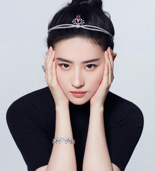 刘亦菲戴钻石发箍晒照,对视眼神好清澈,这是迪士尼在逃公主吗?